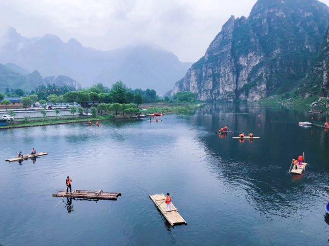 漂流 竹筏【京郊1日游】  东湖港风景区位于北京房山世界地质公园十渡